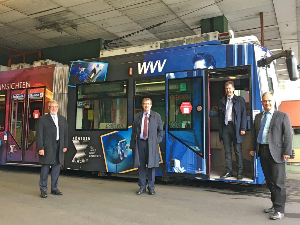 Die neue Röntgenstraßenbahn wird bis Ende November auf Würzburgs Gleisen zu sehen sein. Foto: WVV