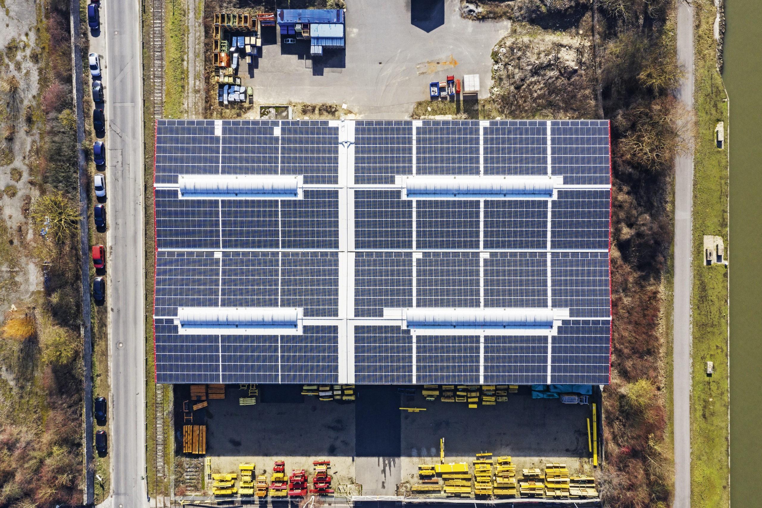 Solaranlagen auf dem Dach der Würzburger Hafen GmbH. Foto: WVV