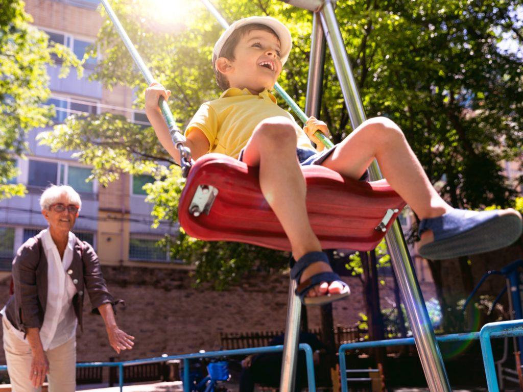 Spielplätze wollen entdeckt und Schaukeln getestet werden! Foto: iStock (LeoPatrizi)