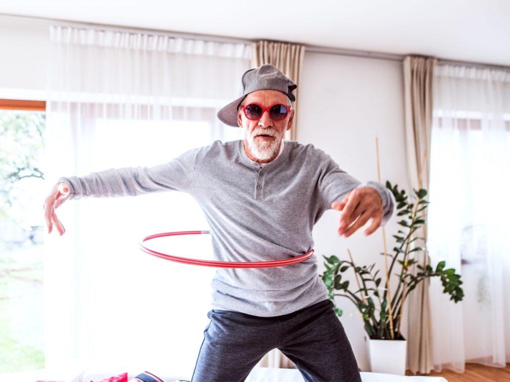 Heinrich freut sich über seine neu gewonnene Freiheit in der Rente! Foto: Halfpoint