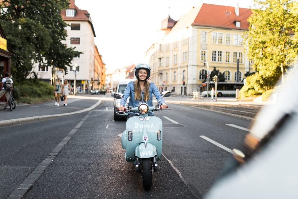 Olympiaschwimmerin Leonie Beck düst per E-Roller durch Würzburg! Foto: Laura Schraudner Fotografie