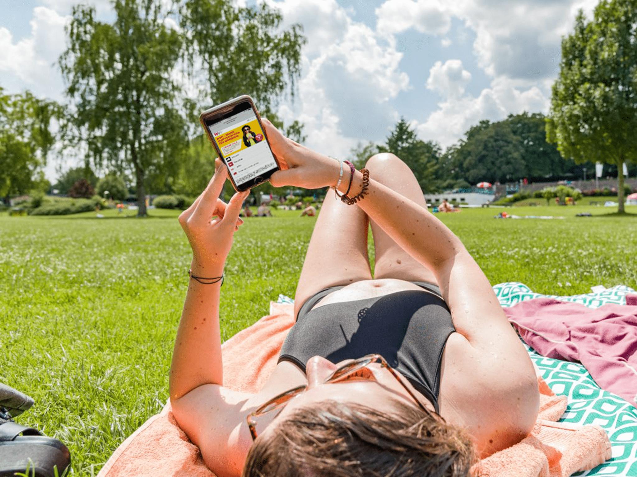 Das WüFi bietet Surfvergnügen für Streaming, News, Texten & Co. unterwegs! Foto: Papay Landois GmbH