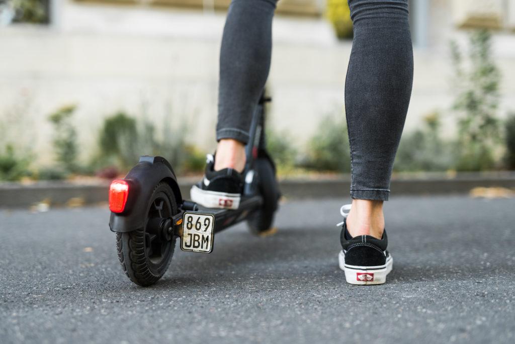 Sicher auf den Straßen fahren mit dem StVO-konformen E-Scooter. Foto: Laura Schraudner