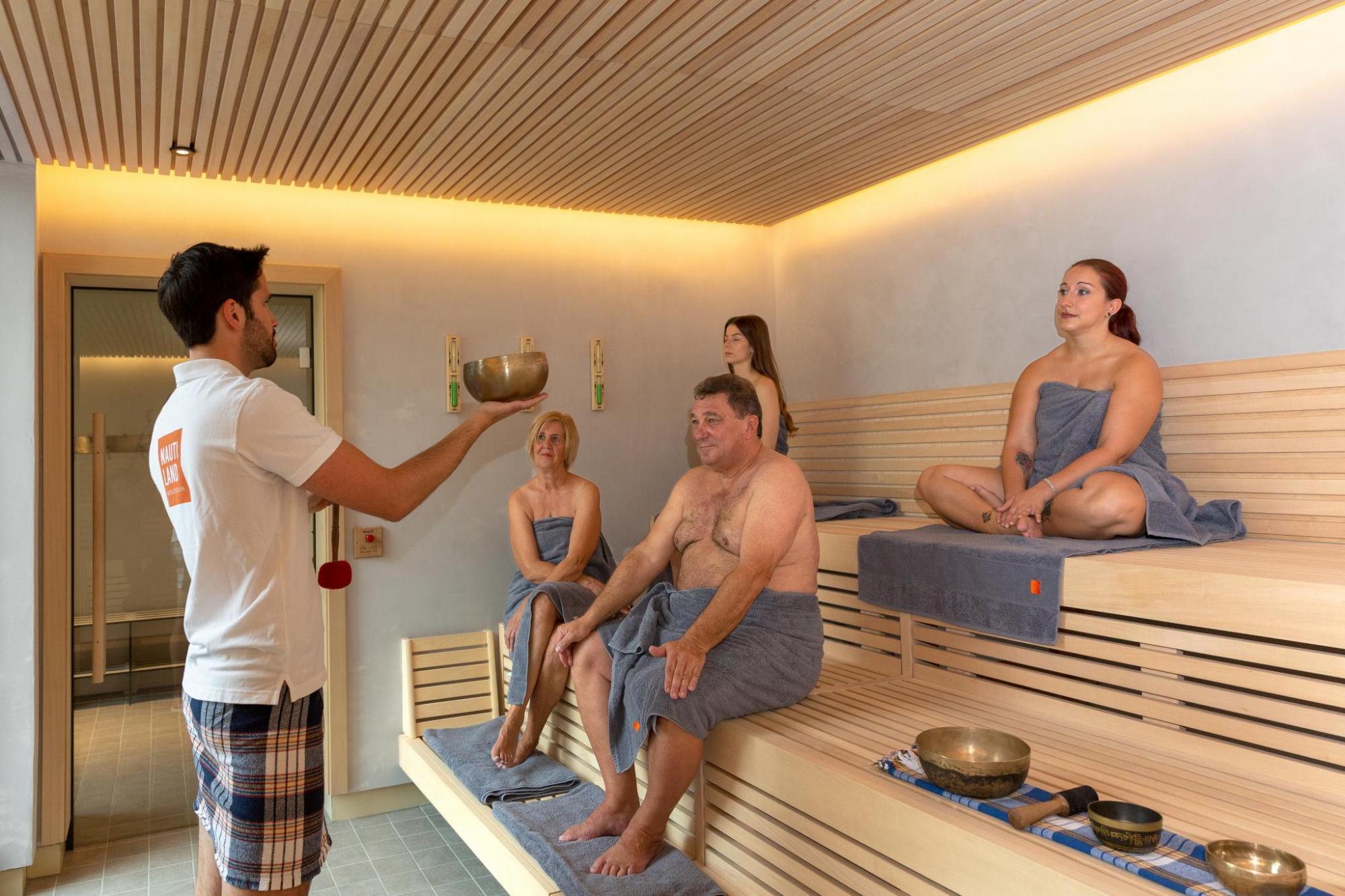 Endlich wieder Sauna! Wie wär's mit einer Klangschalenzeremonie? Foto: Don Ribacker